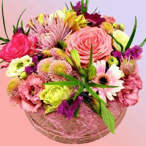Kleurrijk hoedendoos bloemstuk
